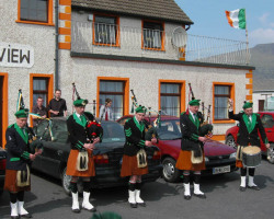ie20030420-achill-easterparade-03-flytheflag-w