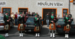 ie20030420-achill-easterparade-04-minaunview-w