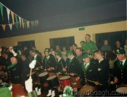 20000318-044-ie-achill-band_dance-hands_up-w