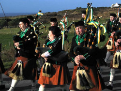 20040317-018-ie-achill-stpatricksday-keepplaying-w