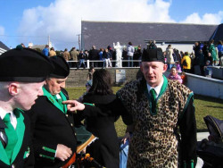 20040317-059-ie-achill-stpatricksday-pointoutthetie-w