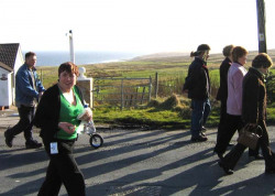 20040317-120-ie-achill-stpatricksday-crowdend-w