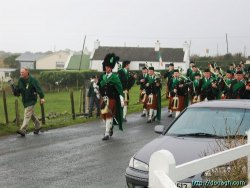 20050317-013-ie-achill-stpatricksday-marchtothechurch-w