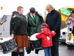 20070317-034-ie-achill-stpatsdayparade-examine_the_drum-w