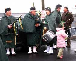 20070317-035-ie-achill-stpatsdayparade-chatting_and_waiting-w