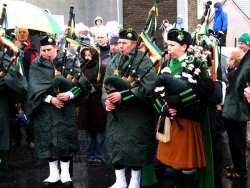 20070317-067-ie-achill-stpatsdayparade-black_mittens-w