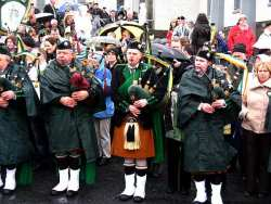 20070317-068-ie-achill-stpatsdayparade-maroon_bag-w