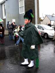 20070317-091-ie-achill-stpatsdayparade-standing_waiting-w