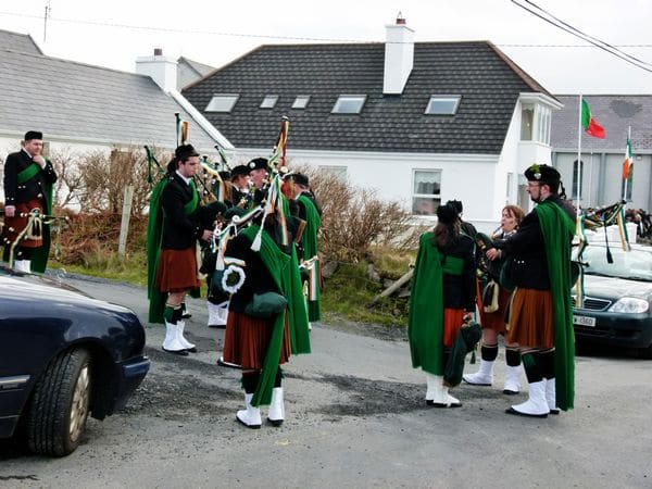 20110317101806-ie-achill-mary-tuning_up-w